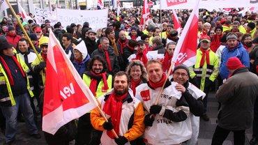 Beschäftigte der privaten Energiewirtschaft demonstrieren vor der EnBW-Zentrale.