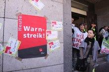 """Tarifrunde 2012: An der Rathaustür ist das Schild """"Warnstreik"""" angebracht."""