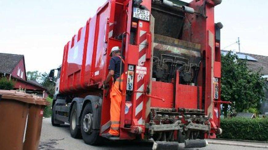 Veolia-Lastwagen mit Lader.