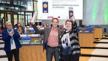 Klaus Heyert und Monika Selch freuen sich über den Betriebsräte-Preis in Bronze